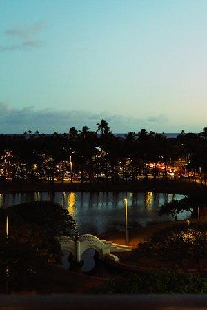 Mariposa: 夕暮れのアラモアナビーチパーク
