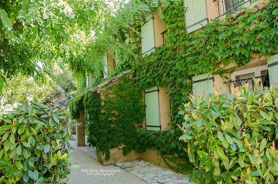 Noves, Francia: Ο διάδρομος μεταξύ των σπιτιών