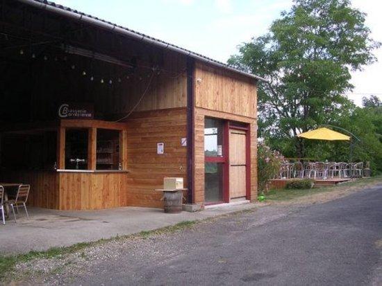 Curemonte, França: la brasserie avec son comptoir et sa terrasse avec vue sur la vallée