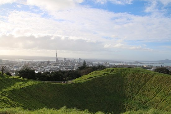 Mount Eden: スカイタワーを望む山頂から