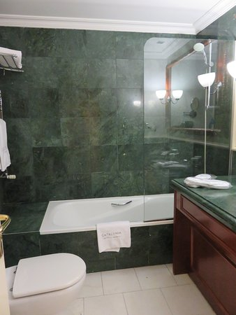 Catalonia Las Cortes: The bathroom is an excellent size and has a tub and shower