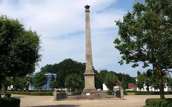 Putbus, Deutschland: Der Obelisk in der Mitte des Platzes