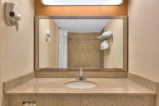 Days Inn New Cumberland/Harrisburg South: Bathroom