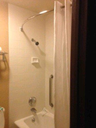 """Yellowstone West Gate Hotel: 3×5 bathroom w/ 5'5"""" shower head"""