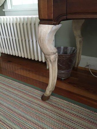 Goodstone Inn & Restaurant: Table leg - that's a leg!