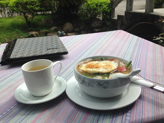 Dragon River Retreat : Yangshuo noodle soup breakfast on the tetras with a view on the mountains