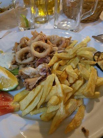 Slatine, Croacia: polecam wszystkim pyszności chorwackie na zdjęciu prażone kalmary, dla Polaków również istnieje