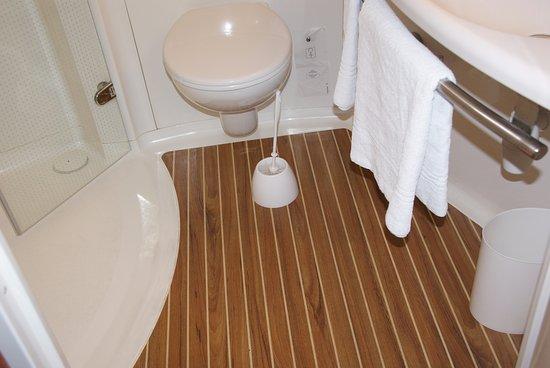 Ibis Sarlat: Bathroom interior.