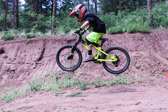 Angel Fire, New Mexiko: Liam, age seven enjoying some air in the bike park