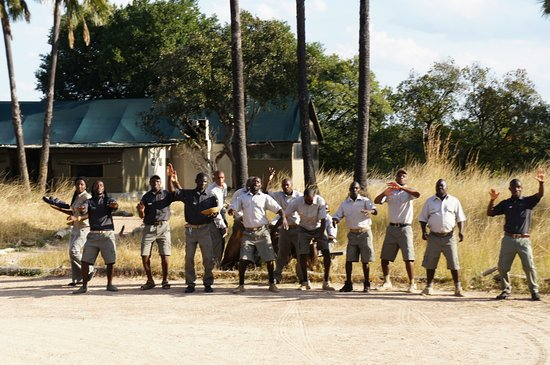 Lufupa Bush Camp: Staff welcoming guests to lodge
