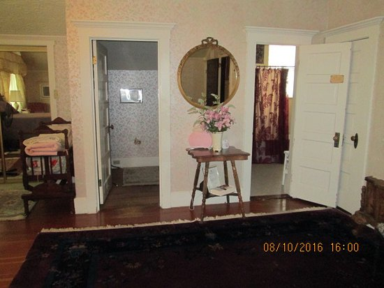 Calumet and Arizona Guest House: Powder room and bath