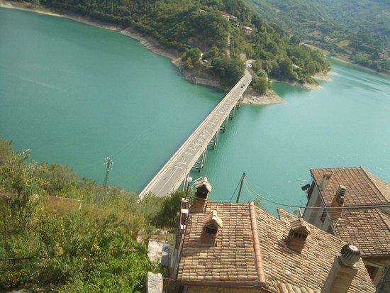 ponte sul lago foto di lago del turano castel di tora