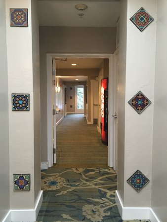 Holiday Inn Express Santa Barbara: 3rd floor hallway, tiling detail