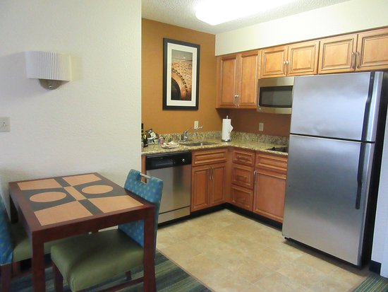 The Inn at Mayo Clinic: Kitchen