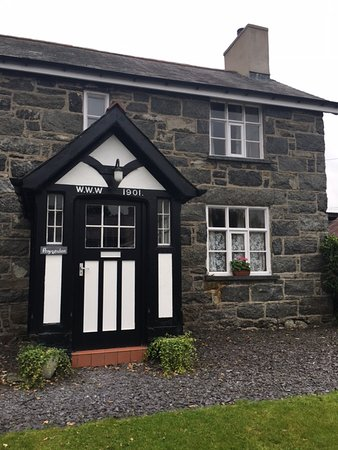 Llanuwchllyn, UK: Front door of the cottage