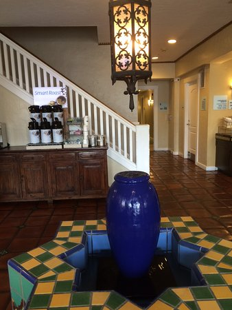 Holiday Inn Express Santa Barbara: Lobby with gorgeous fountain, chandelier