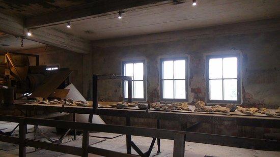 Ida-Viru County, Estland: лента сортировки горючего сланца- женщины!!! вручную!!! производили отборку сланца от пустой пор