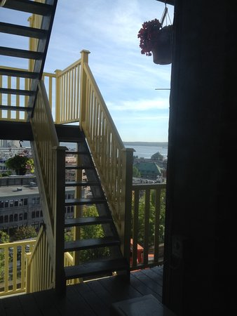 Hotel Manoir des Remparts: View from our room of stairway to upper deck