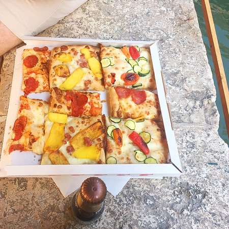 Arte Della Pizza: Really amazing and good pizza! With a friendly staff! And cheap price for venice! Its where the