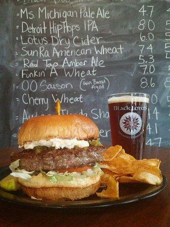 Clawson, ميتشجان: amazing burger with amber ale