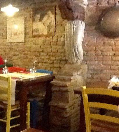 Tavolo Con Sedie Colorate.Tavoli Con Le Caratteristiche Sedie Colorate Picture Of Osteria