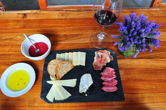 Vinedos Cuna de Tierra: Cheese and meat plate