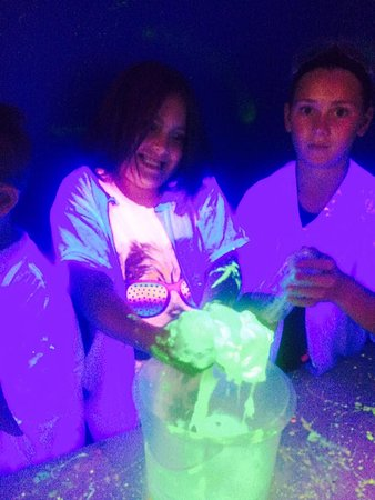Copley, Огайо: Glow in the Dark Slime at Mad Science Camp