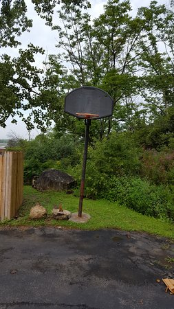 Lee, MA: Recreational area/basketball?