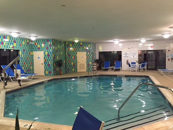 Holiday Inn Express Hotel & Suites Bethlehem: Clean pool and pool area, towels provided