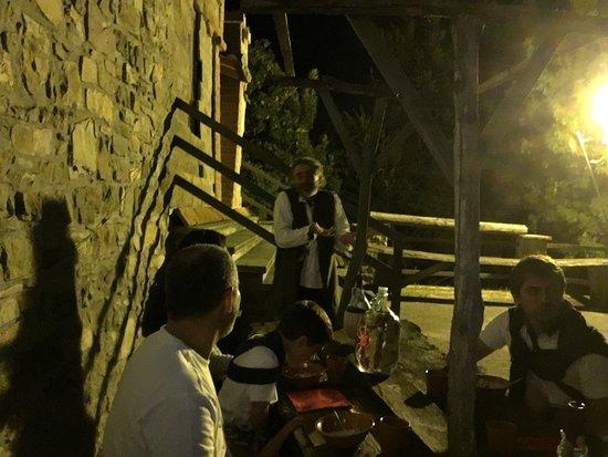 Locanda Castello di Gusciola: La tavolata è molto bella, tutti insieme senza conoscersi...Il cibo è semplice, come un'osteria