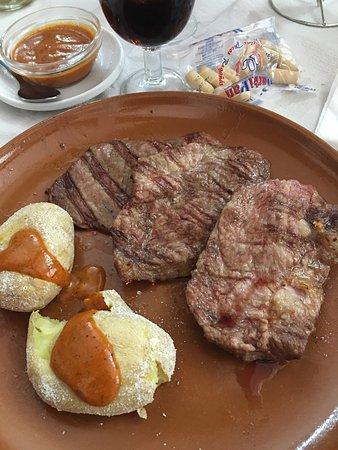 Constantina, Spain: He ido un par de veces y siempre el servicio bueno  , local también y la carne magnífica junto c