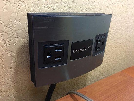 Hyatt House Chicago/Schaumburg: AC and USB charging.