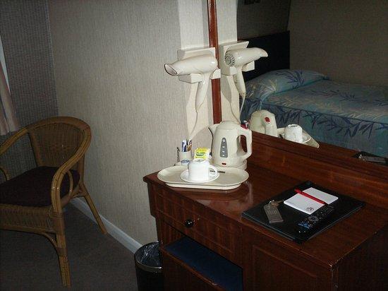 Mitre House Hotel: cafetera y secador.Anotador. Lapicera...