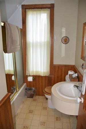 Amherst, Καναδάς: Shared bathroom (bigger of the two)