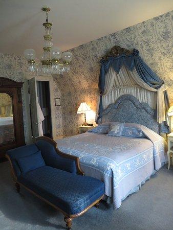 Batcheller Mansion Inn: Our bed