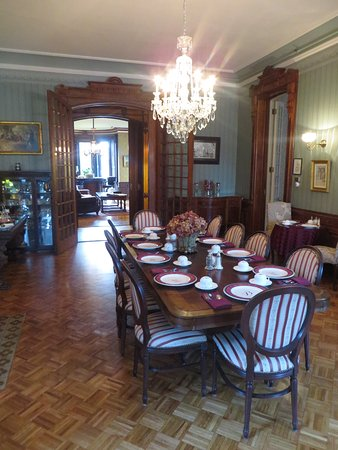 Batcheller Mansion Inn: Breakfast area with small tables by the windows