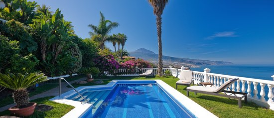 Jardin de la Paz: Swimming pool with sea and mountain view