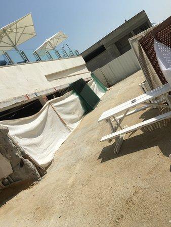 Hod Hamidbar Resort and Spa Hotel: vidrios con peligro al paso del turista y niños