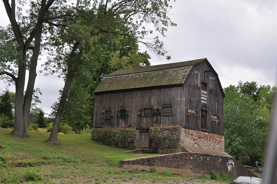 Wethersfield, CT: barn overlooking the cove