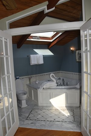 Cliffside Inn: Attic suite bathroom
