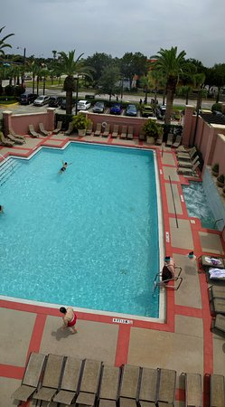 Embassy Suites by Hilton Orlando Lake Buena Vista South : View of the pool from above