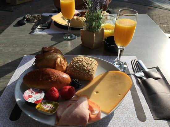 """Evergem, Belgia: Het """"kleine"""" ontbijt is echt wel al een stevig ontbijt. De koffie, ook inbegrepen, is niet afgeb"""