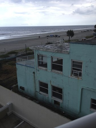Best Western Daytona Inn Seabreeze: Unfortunate view of run down hotel next to the BW Daytona Inn Seabreeze