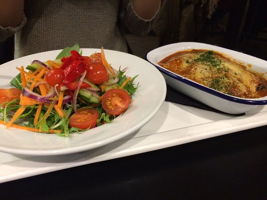 Howick, Yeni Zelanda: Lasagne with side salad