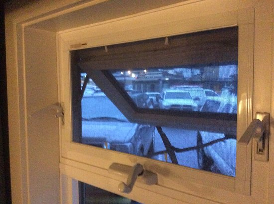 Принс-Руперт, Канада: Fully open window with mesh restricting incoming air