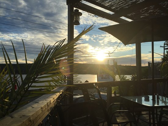 Fall River, Canadá: Sunset of the patio