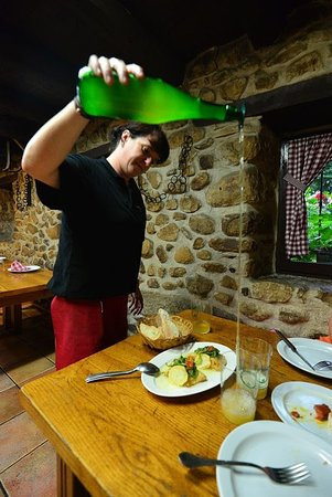 Province de Guipuscoa, Espagne : Dinner and cider