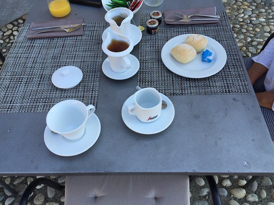 Fiano, Italie : Dirty table for breakfast with disparate cups and plates