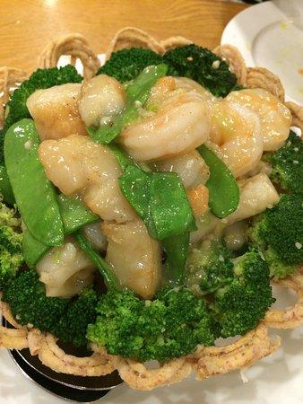 リトル ビレッジ ヌードルハウス, 揚げた麺の器に入ったシーフードの炒め物