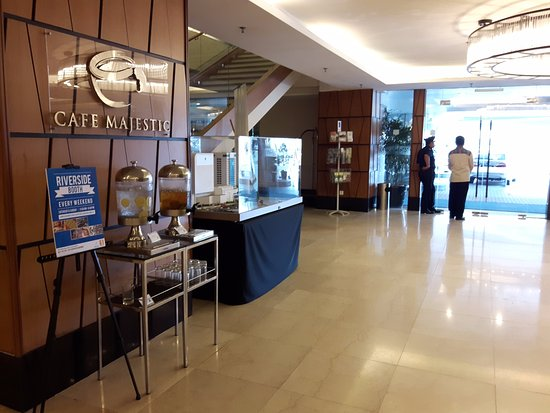 Riverside Majestic Hotel: Entrance - with welcome drinks where you can refill anytime.